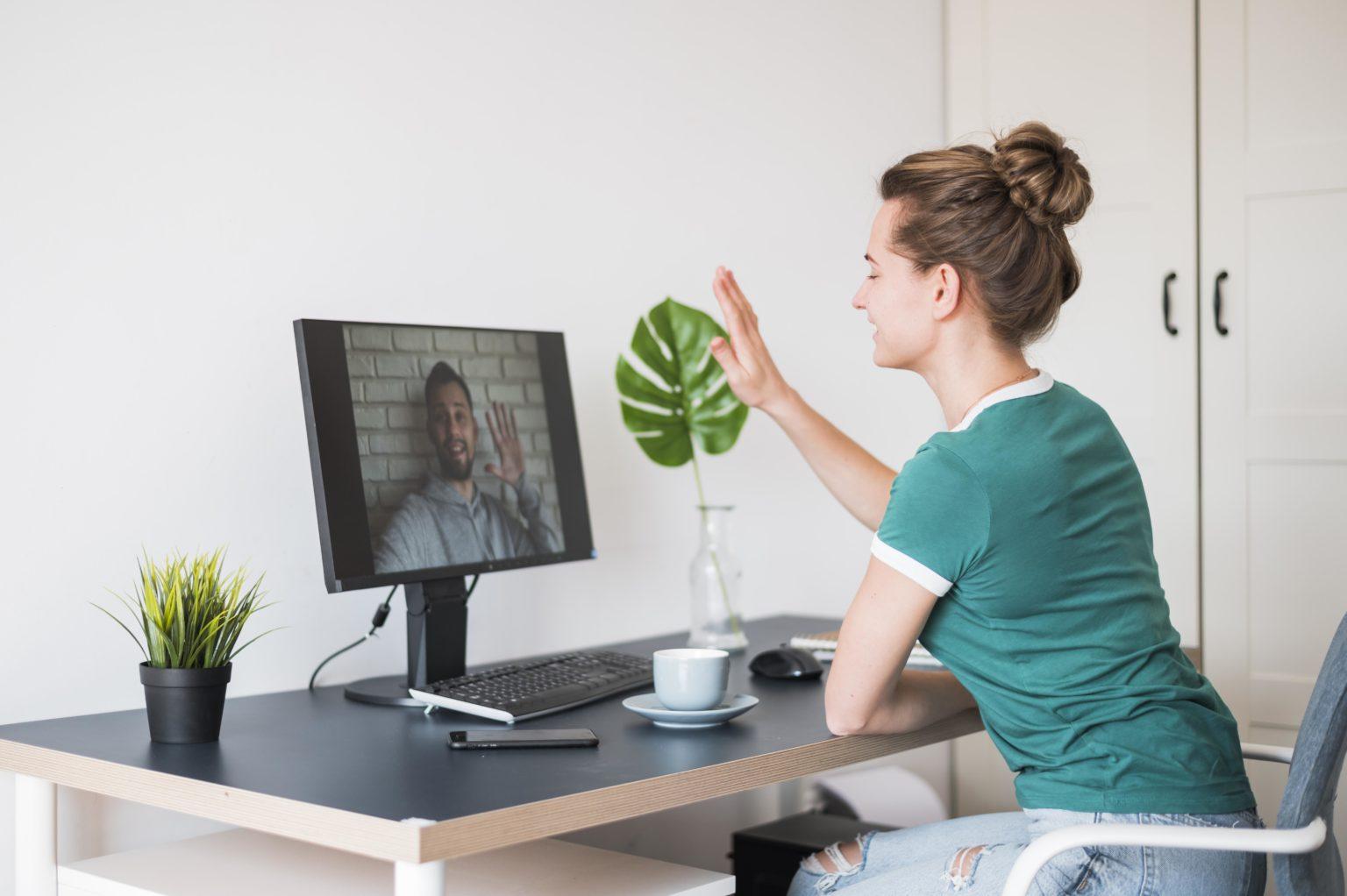 Lehrerin unterrichtet per Videokonferenz